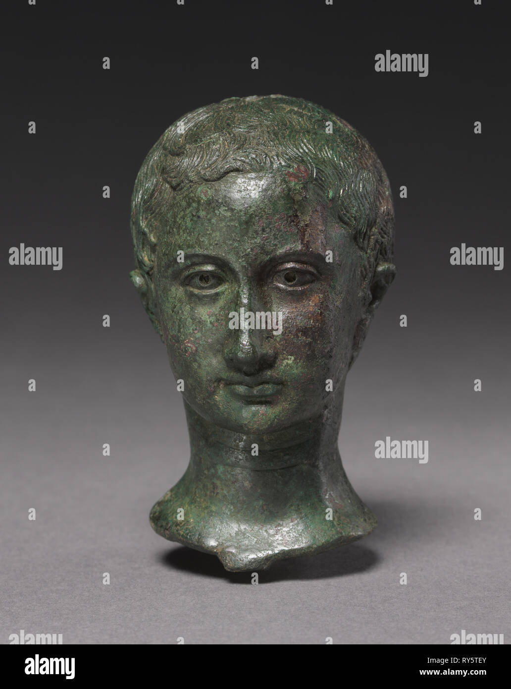 Portrait d'une jeune fille, ch. 25 à 30. L'Italie, l'Empire romain, 1er siècle tôt. Bronze; total: 9,7 cm (3 13/16 in Photo Stock
