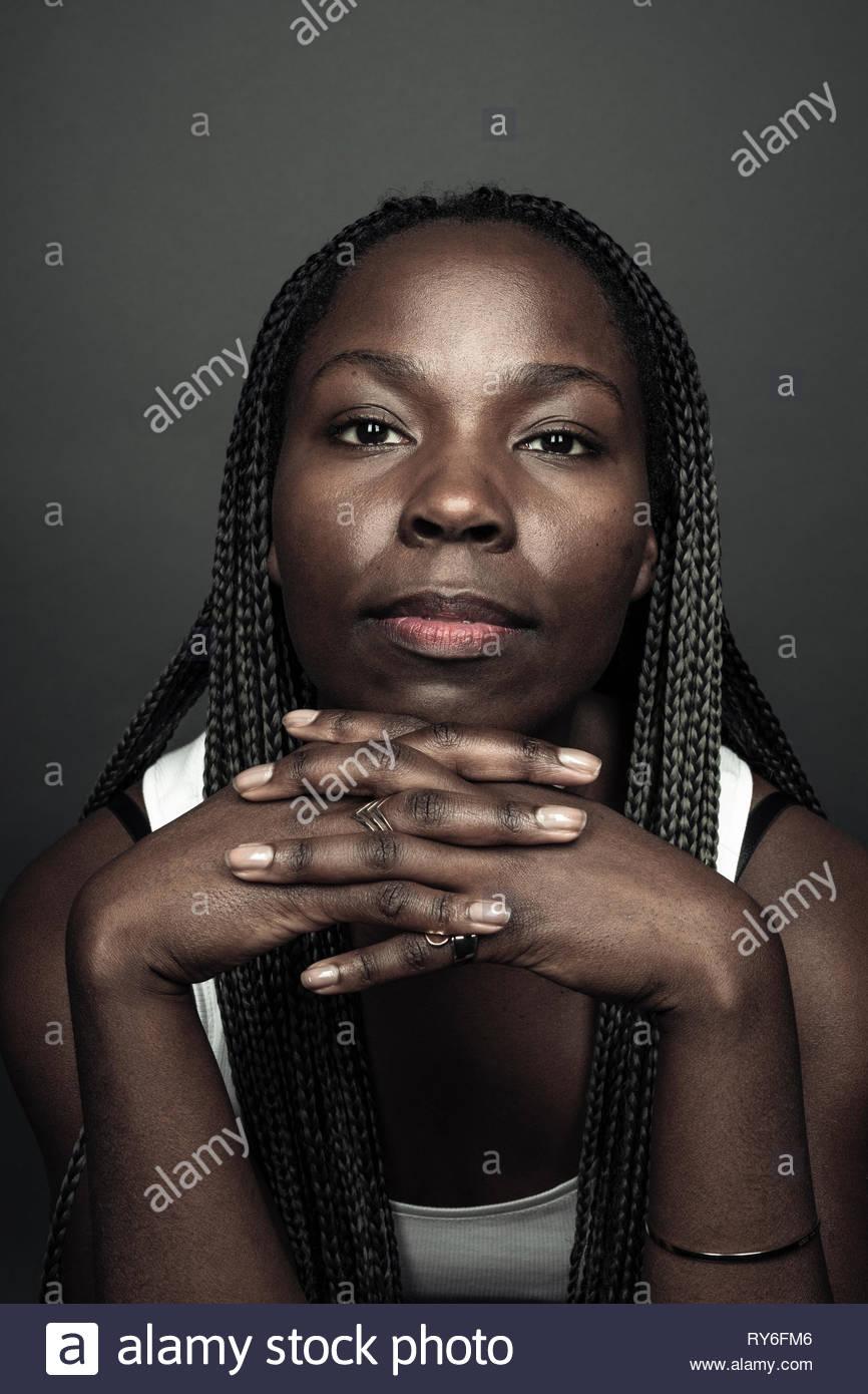 Portrait confiant belle African American Woman avec de longues tresses noires Photo Stock