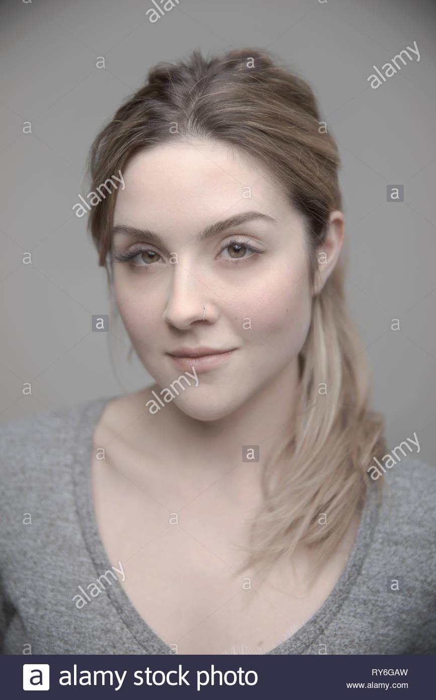 Portrait confiant belle jeune femme blonde Photo Stock