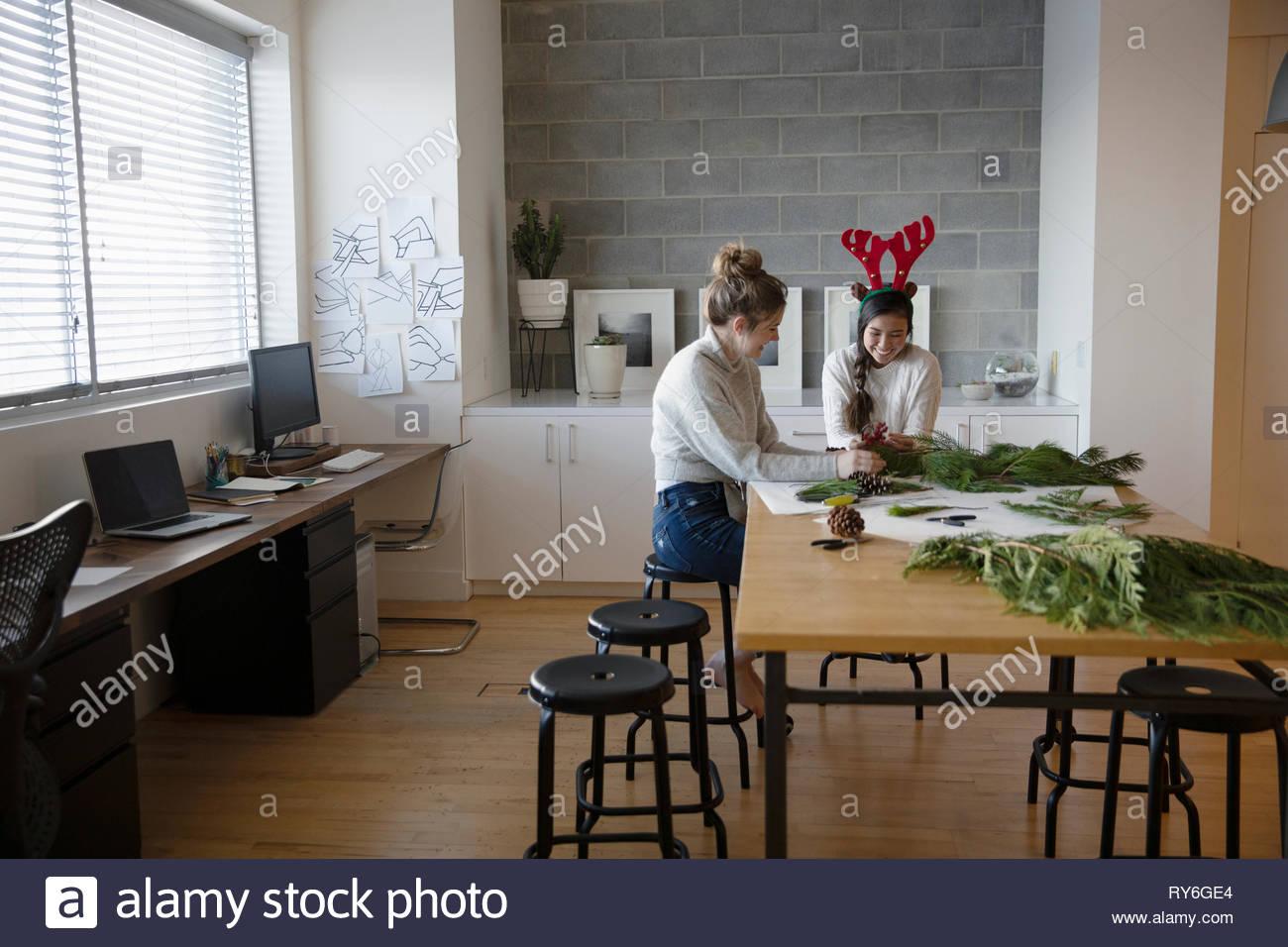 Les jeunes filles de faire des couronnes de Noël en studio Photo Stock