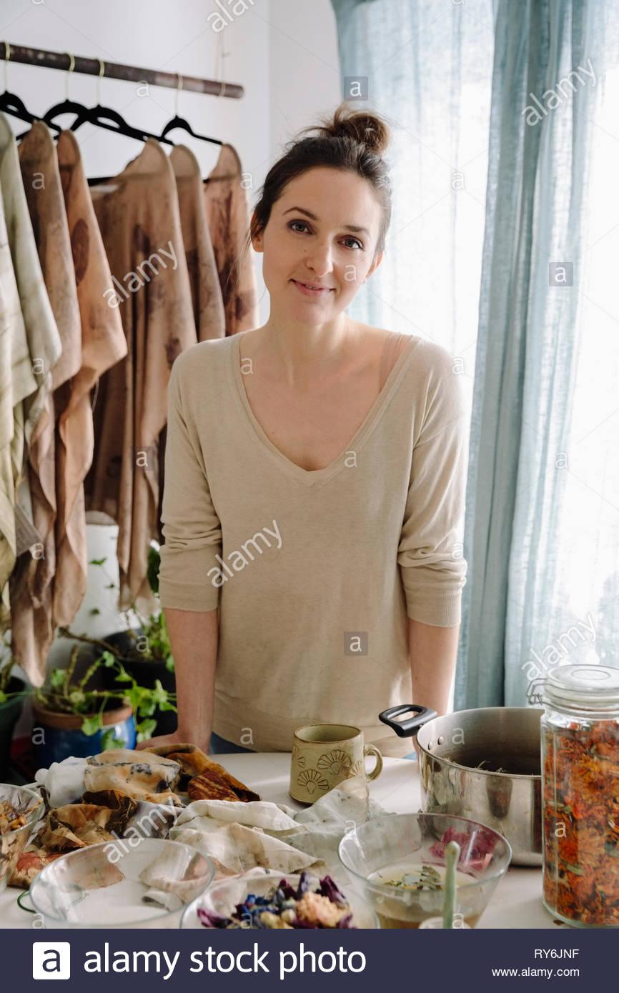 Portrait confiant l'artiste féminine de la teinture des vêtements avec des fleurs Photo Stock