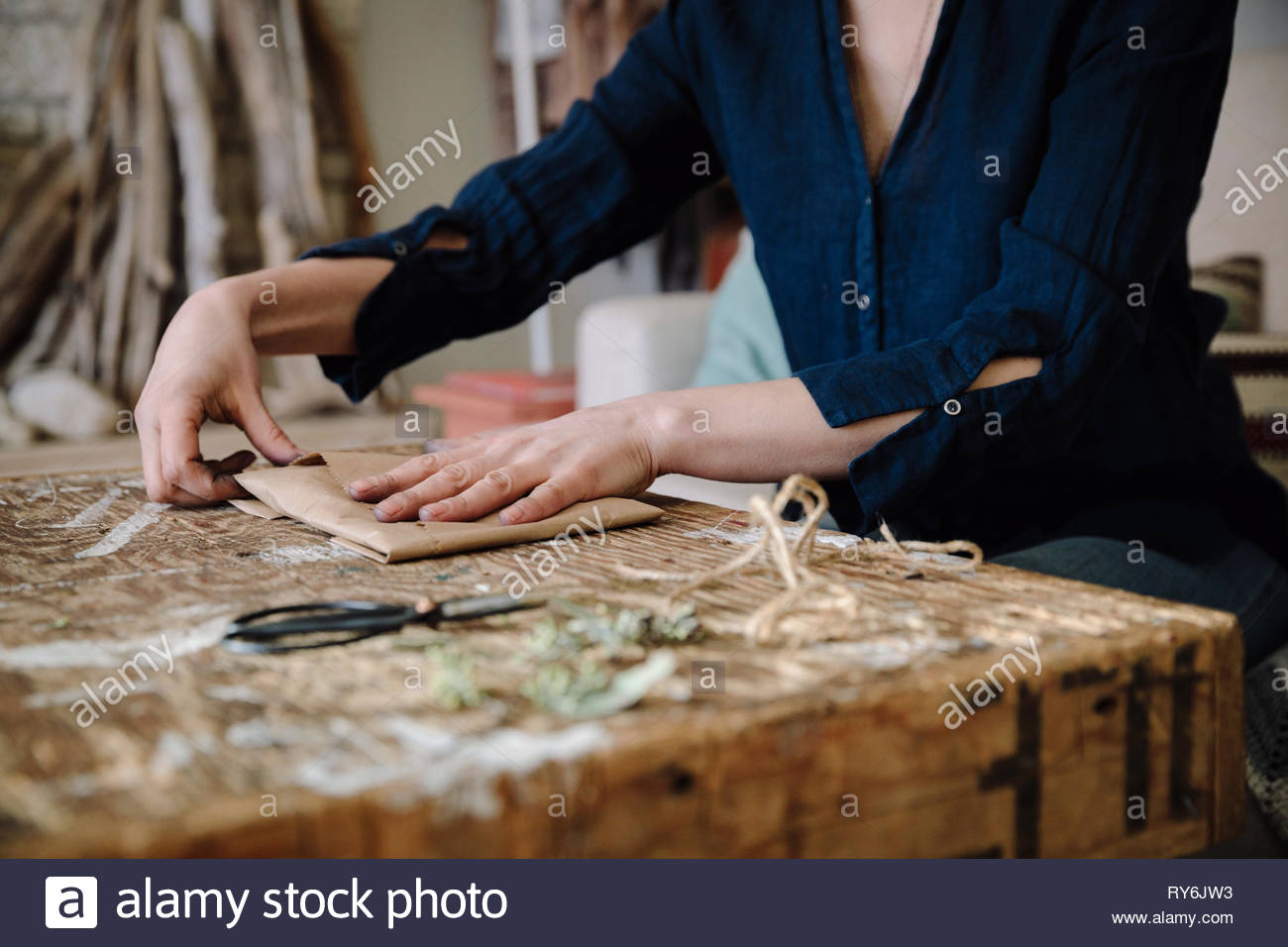 Woman wrapping emballage Photo Stock