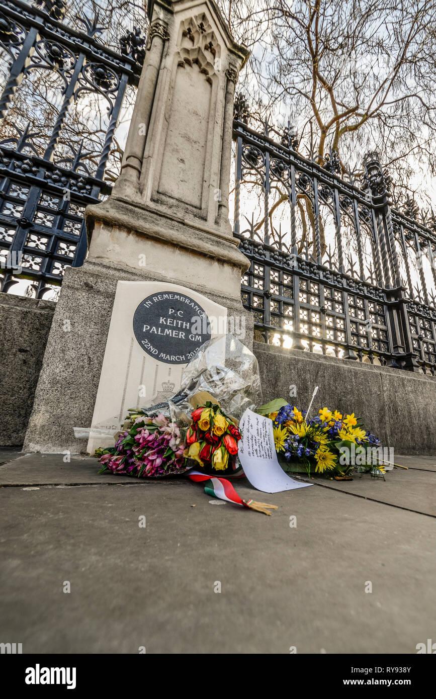 Pierre commémorative pour PC Keith Palmer GM, un policier tué par un terroriste dans le parc du Palais de Westminster. Cartes et fleurs Banque D'Images