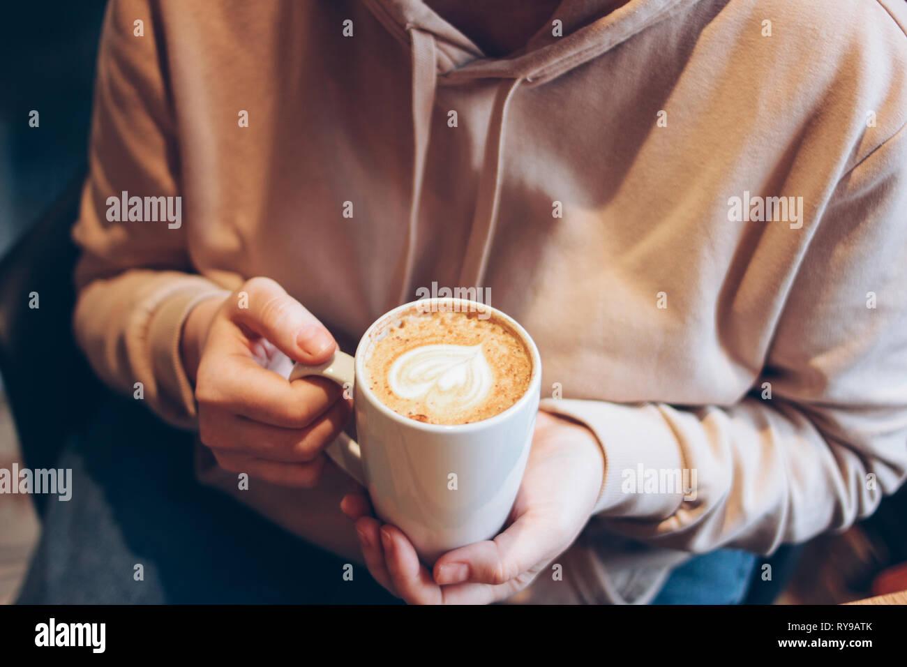 Tasse de café cappuccino avec de la mousse coeur de femmes au café, Close up Banque D'Images