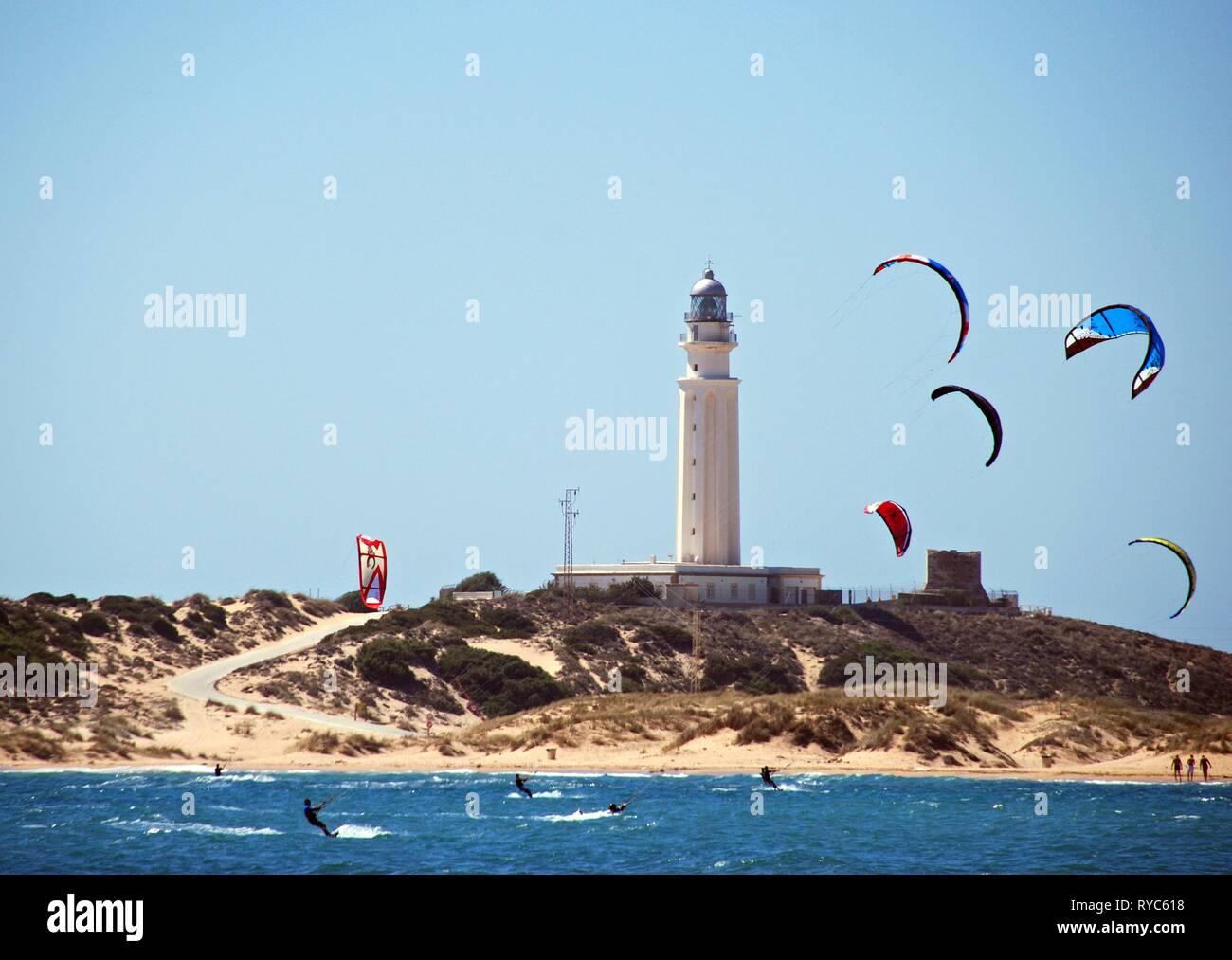 TRAFALGAR, ESPAGNE - 14 septembre 2008 - des kitesurfers et offrant une vue sur la plage et le phare, Cabo Trafalgar, Province de Cadix, Andalousie, Espagne, Banque D'Images