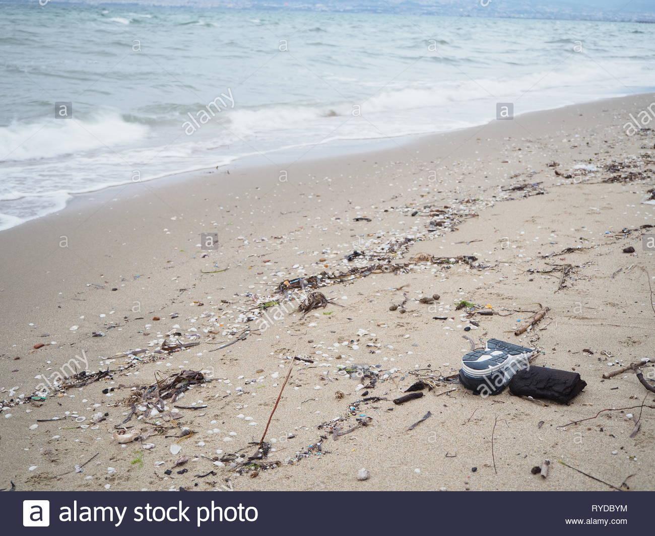 La chaussure de sport abandonné sur la plage Photo Stock