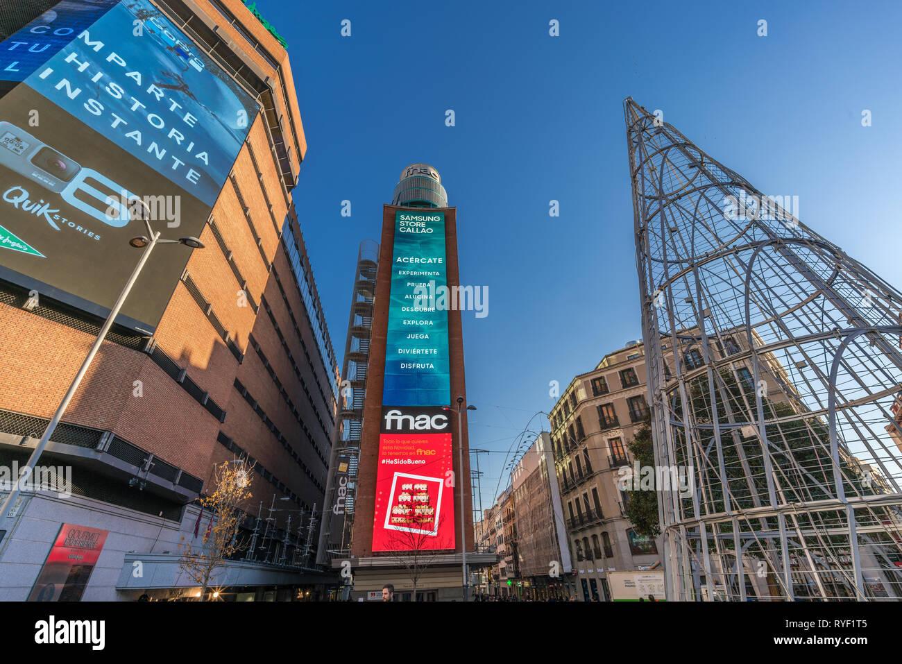 Madrid, Espagne - 20 décembre 2017: la rue Preciados et arbre de Noël Callao Square Centre-ville de Madrid. Capitale et plus grande ville d'Espagne. Photo Stock