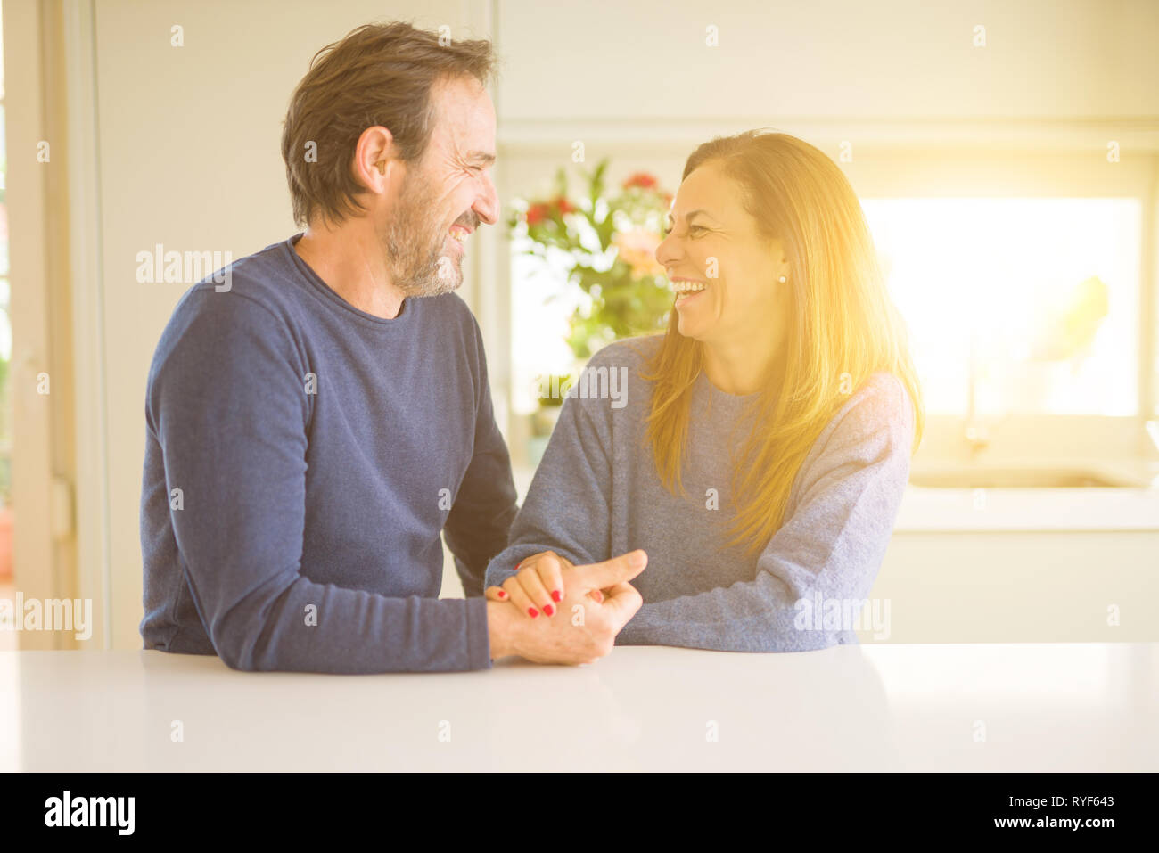 Moyen age romantique couple at home Banque D'Images