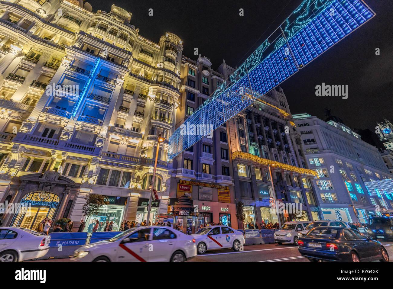 Madrid, Espagne - le 26 décembre 2017: les gens, en traversant la rue Gran Via, enjoing lumières de Noël la décoration et shopping au cours de la saison de Noël. Madrid Photo Stock