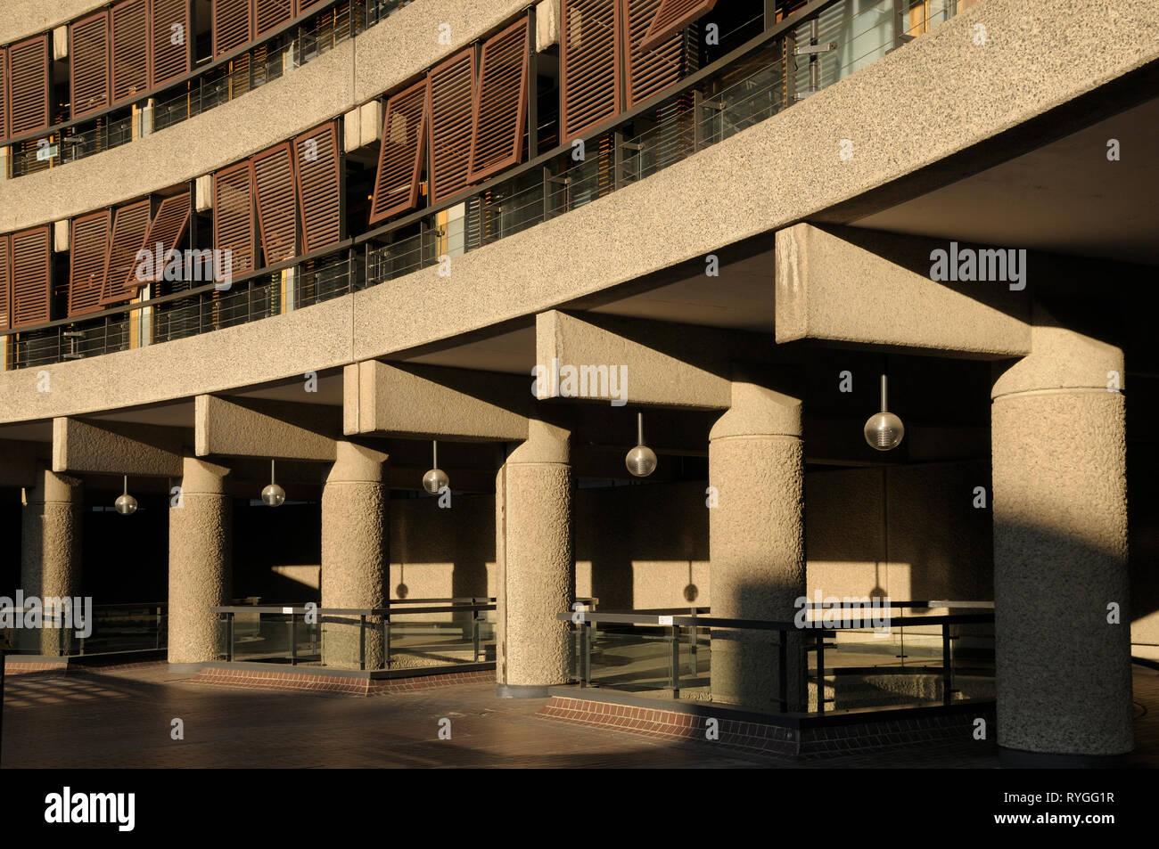 Détail architectural montrant le disque les lignes et les courbes de l'architecture brutaliste, Barbican Estate, London EC2, England, UK Photo Stock