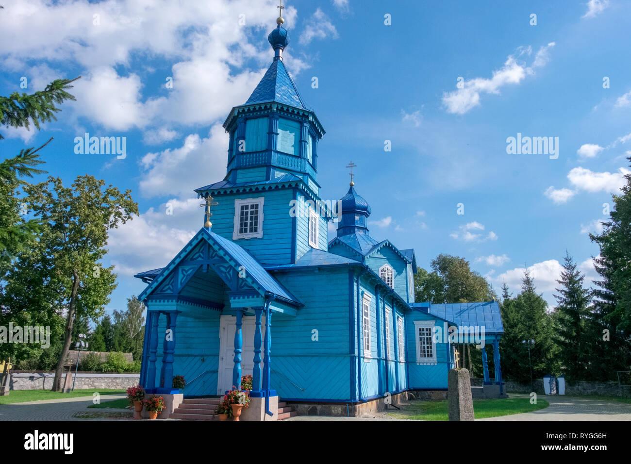 Le ruthène Eglise catholique de couleur bleu brillant avec de multiples croisements et les flèches sur la frontière entre l'est de la Pologne et l'ouest de l'Ukraine Banque D'Images