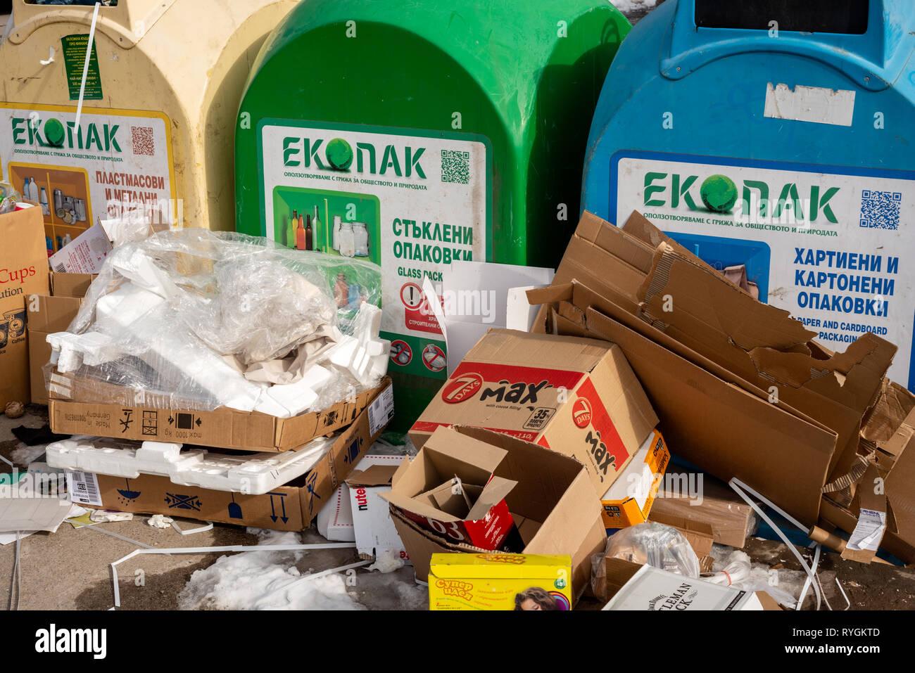 Sofia Bulgarie. Déchets Les déchets mixtes autour de refuser les bacs de recyclage. Carte à côté de conseils faisant l'objet d'un des bacs de recyclage complet. Problème de collecte des déchets Bulgarie Banque D'Images
