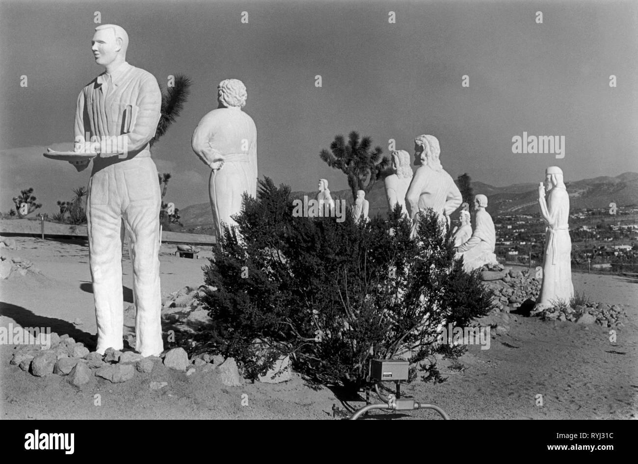 Joshua Tree, California USA 1969. À la lisière du Parc National un ancien sculpteur Hollywood qui est devenu un chrétien né de nouveau décrit lui-même comme Judas avec le Christ et ses disciples.. Photo Stock