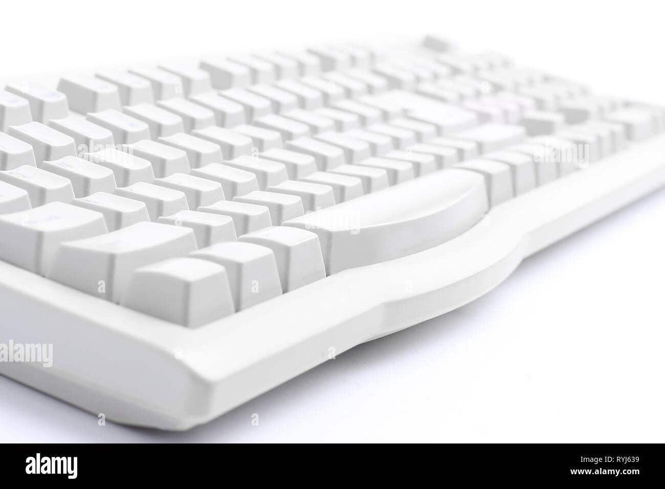 .Gros plan le vieux clavier sur un fond blanc. Photo Stock