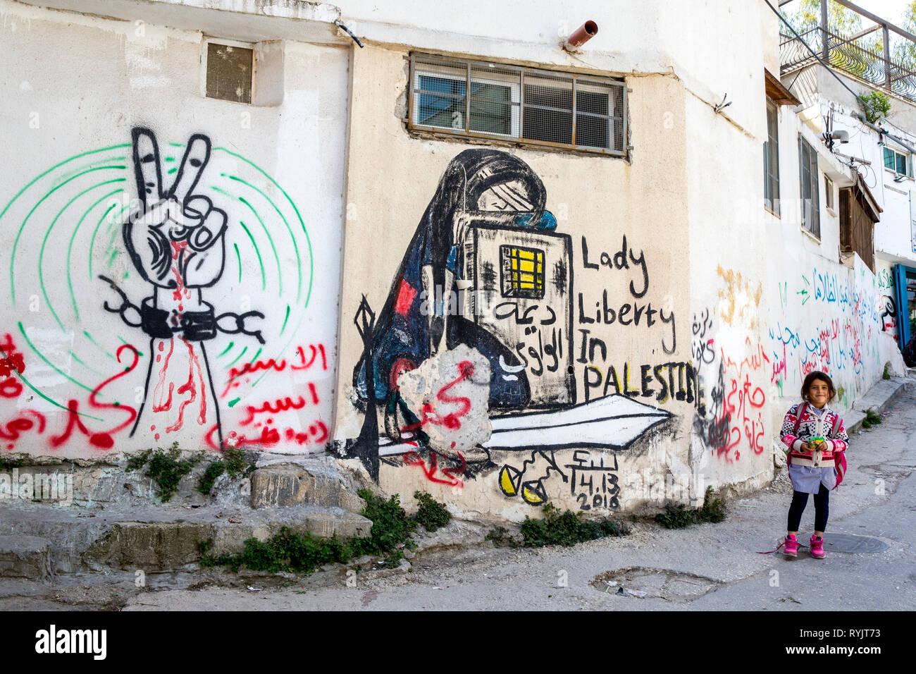 Lycéenne près d'un mur dans le tag du camp de réfugiés de Jalazone près de Ramallah, Cisjordanie, Palestine. Photo Stock