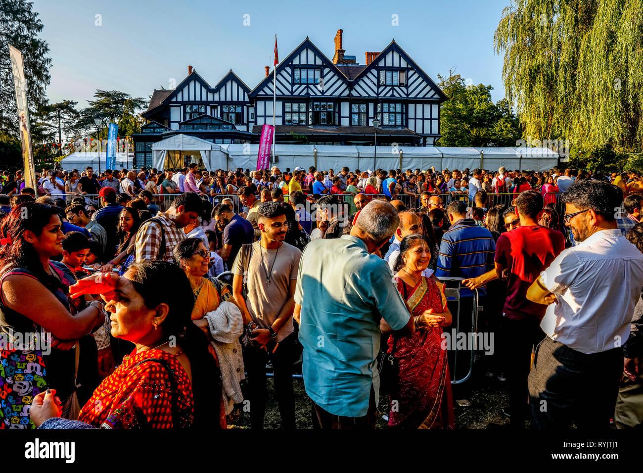Janmashtami fête hindoue au Bhaktivedanta Manor, Watford, Royaume-Uni Queue en dehors du temple. Photo Stock