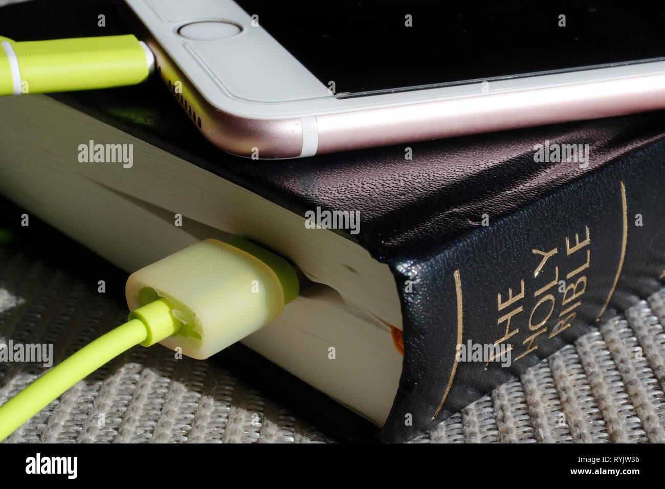 Bible Bible papier et numérique app sur smartphone. Photo Stock