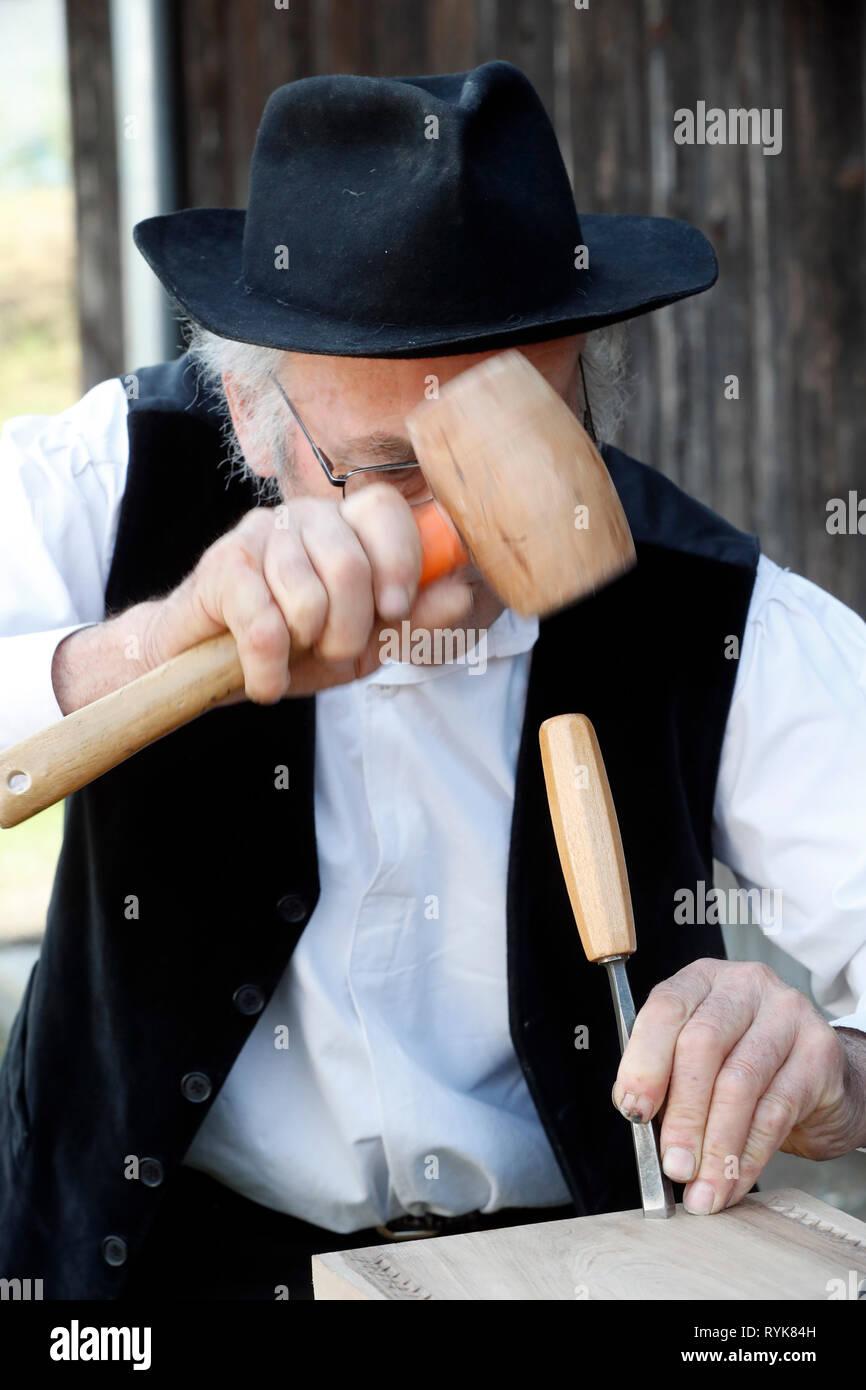 Ancien artisanat Domancy festival. Sculpteur sur bois. La France. Photo Stock