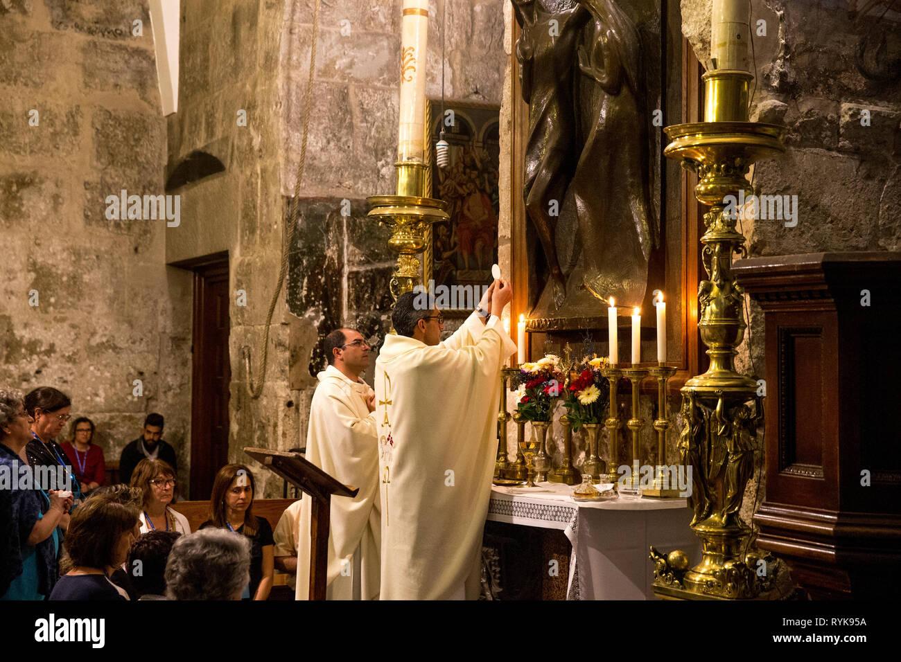 Pèlerins catholiques adorant au Saint Sépulcre, Jérusalem, Israël. Photo Stock