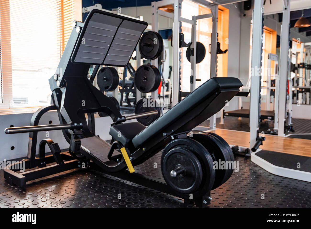 Appuyez sur la jambe vide machine d'exercice dans une salle de sport moderne Photo Stock