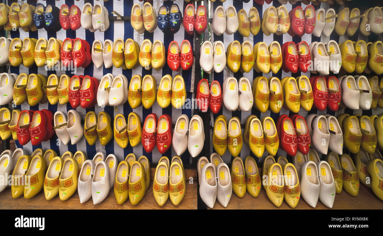 Rangées de chaussures en bois peint en différentes couleurs et tailles sont affichées à un marché vendant souvenirs Néerlandais à Amsterdam aux Pays-Bas. Également appelé ou Klompen sabots, la chaussure remonte à l'époque médiévale en Hollande et est encore porté par quelques personnes qui travaillent dans leurs jardins ou dans des exploitations agricoles. Bien que chaque ville avait sa propre sabotier, ces jours il n'y a que 12 à gauche dans l'ensemble du pays. Parce qu'il faut 3 à 4 heures pour faire une paire de souliers en bois à la main, les machines sont maintenant utilisées pour accélérer le processus. Banque D'Images