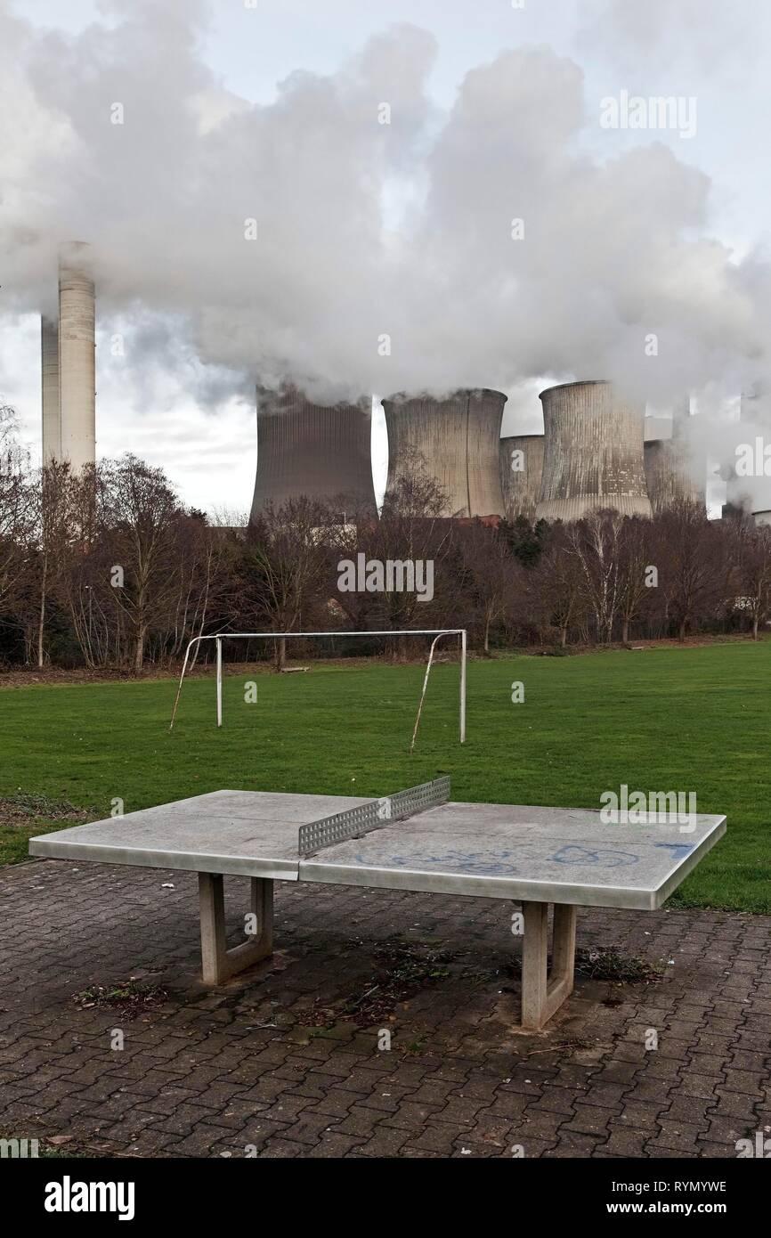 Morne aire de jeux dans le district d'Auenheim en face de la cuisson à la centrale électrique au lignite de Niederaußem, élimination du charbon Photo Stock