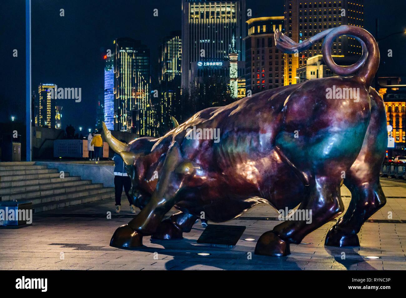 SHANGHAI, CHINE, 2018 - décembre - scène de nuit urbaine illustrant la célèbre sculpture de Bull au Bund de Shanghai zone city, Chine Banque D'Images