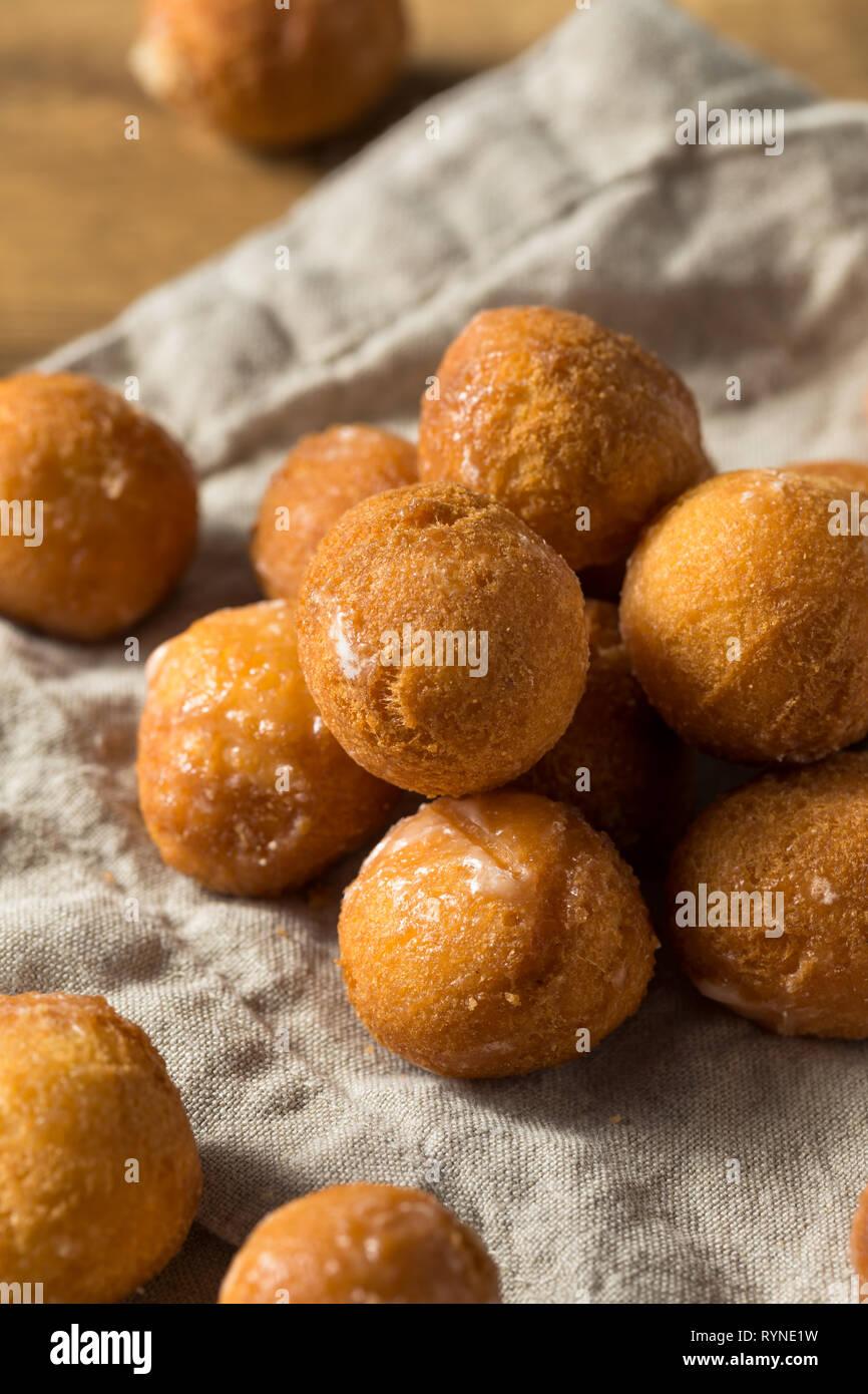 Des trous de beigne glacé prêt à manger Photo Stock