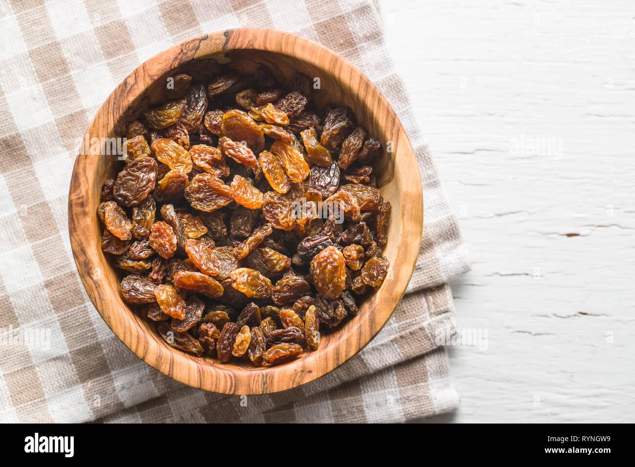 Raisins secs dans un bol. Vue d'en haut. Banque D'Images