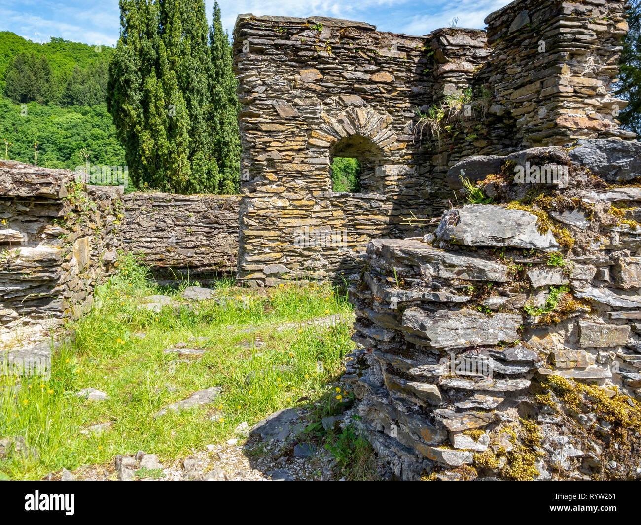 Esch-Sur-Sûre castle ruins, protections extérieures vue partielle, à Esch-sur-Sure, canton de Wiltz, district de Diekirch, Luxembourg Photo Stock