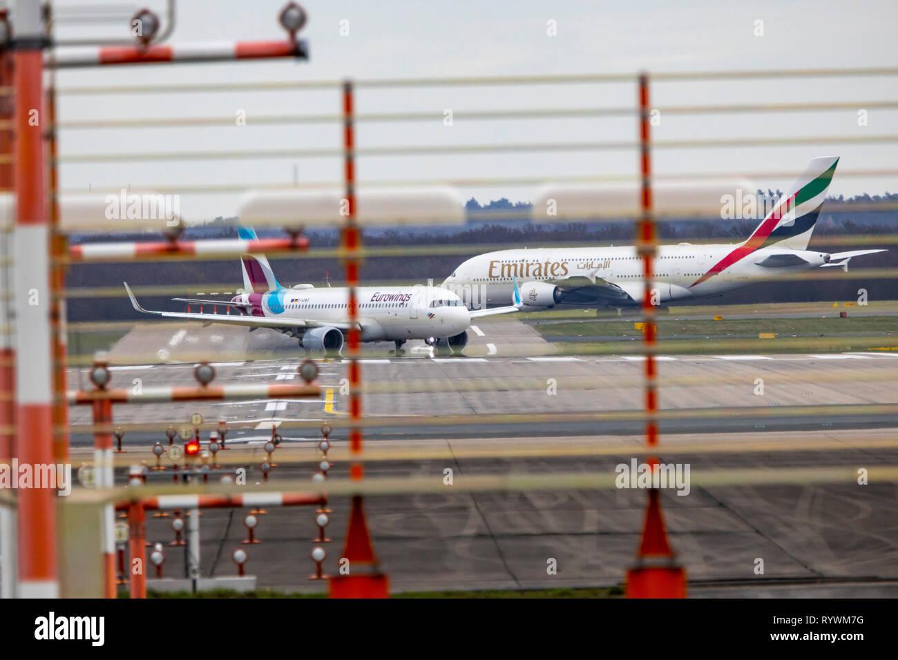 L'Aéroport International de Düsseldorf, Emirates Airbus A380-800 sur le chemin de la piste, Eurowings Airbus a tout juste de se poser, Banque D'Images