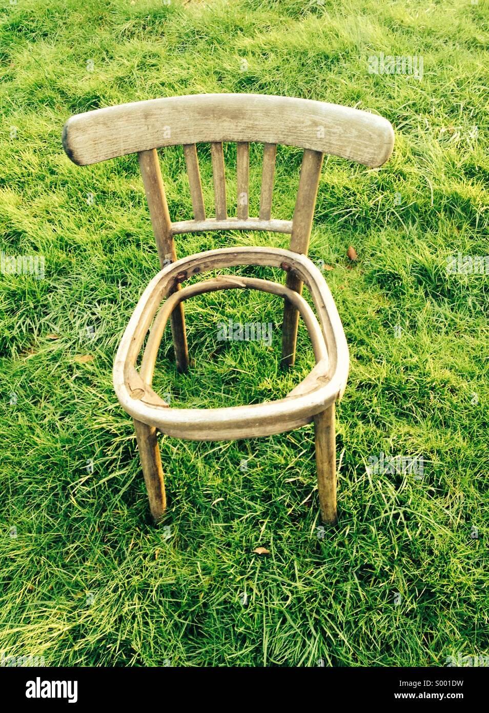 Chaise vide, redondante chaise en bois avec siège manquant Photo Stock