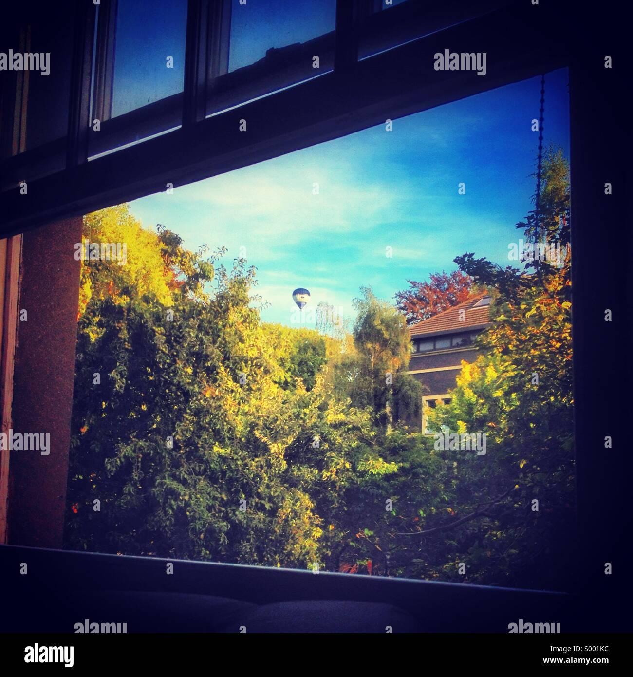 À la recherche d'une fenêtre sur une agréable journée Photo Stock