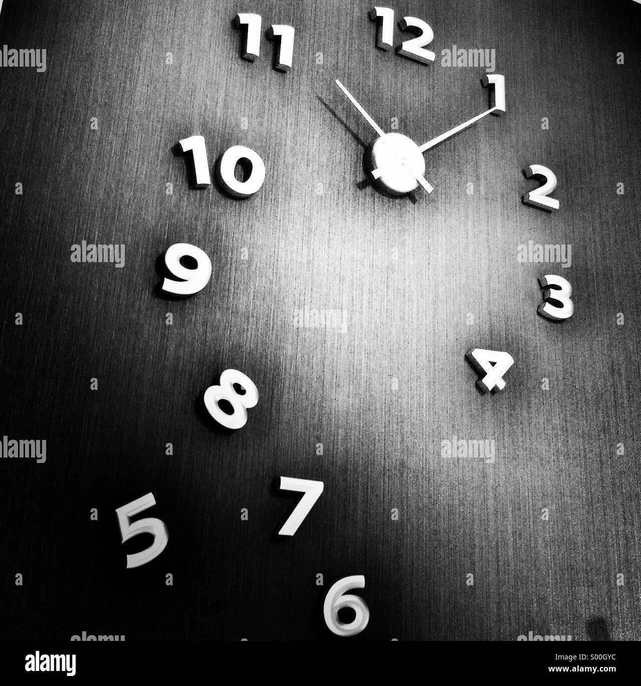 Le temps. Tout à fait original d'horloge. B&W le traitement. Format carré. Photo Stock
