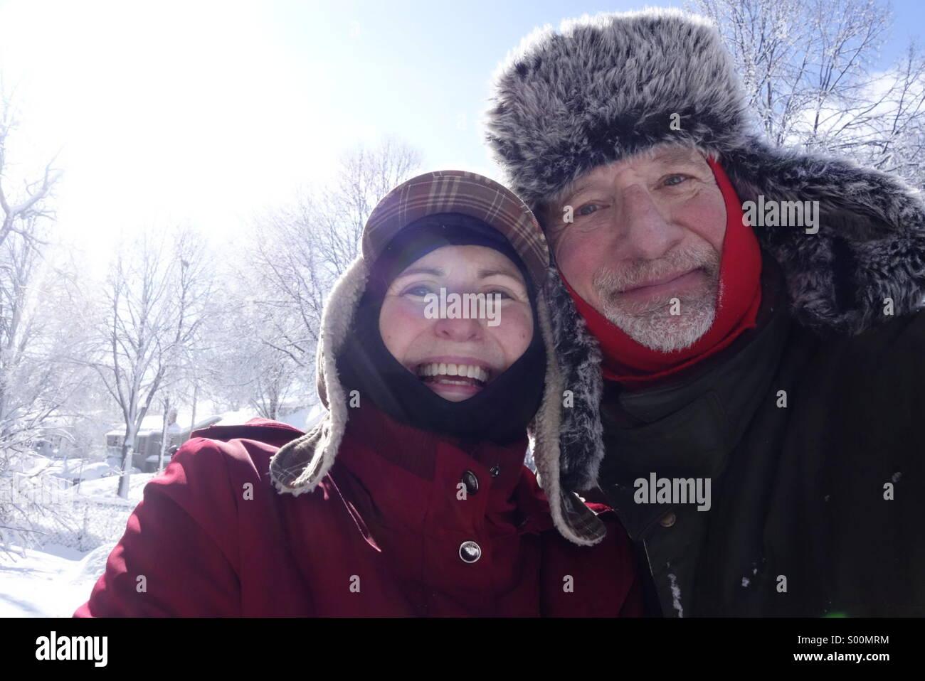 Profiter de l'hiver senior couple outdoors Photo Stock