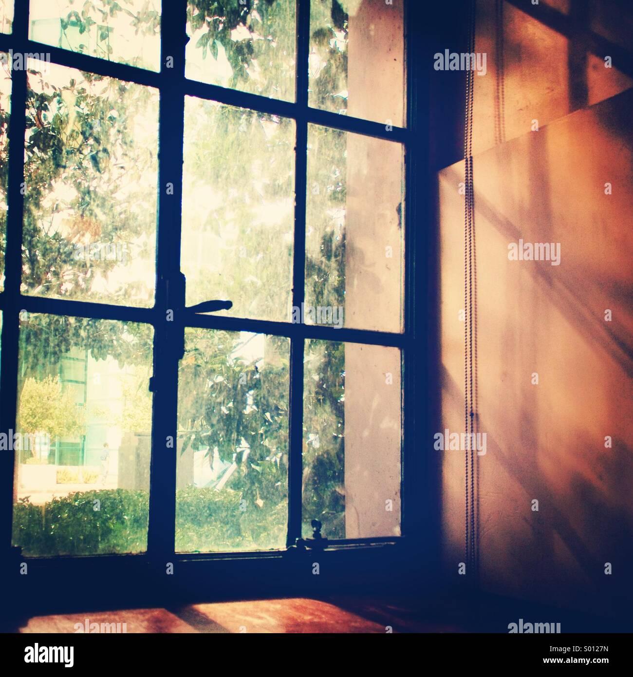 Jolie fenêtre la lumière. Photo Stock