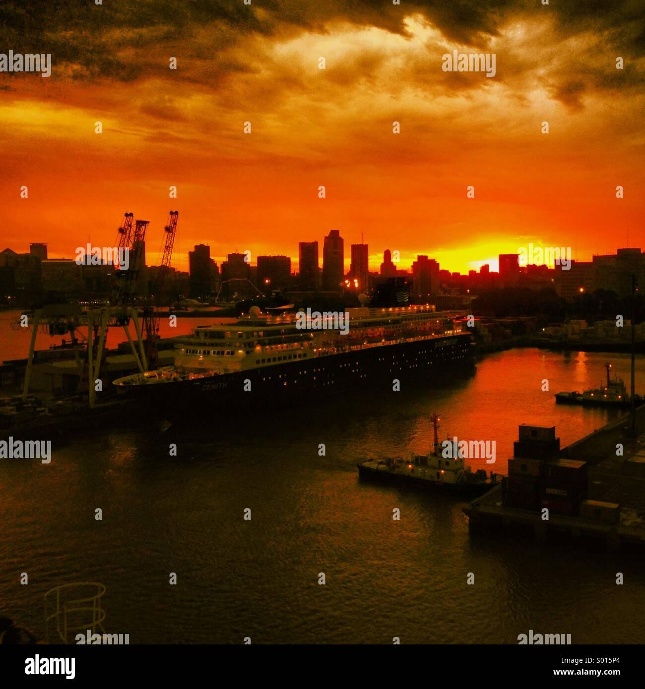 Coucher de soleil sur le Port de Buenos Aires Photo Stock