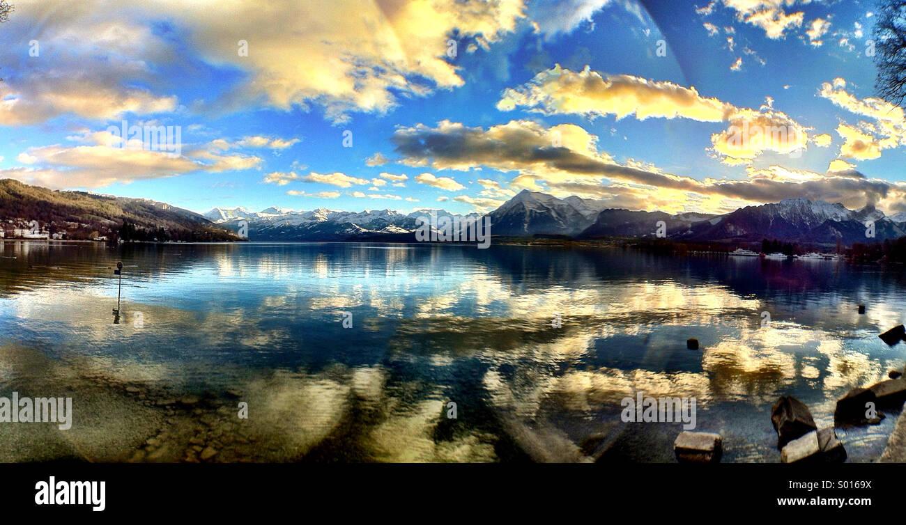 Lac de Thoune sur une après-midi d'hiver - une scène suisse classique Banque D'Images