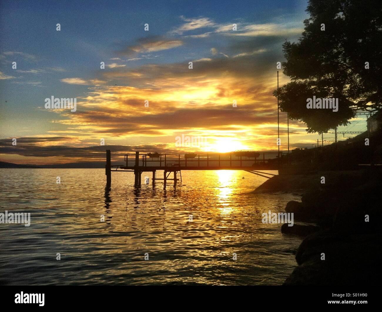 Coucher de soleil sur un lac Suisse Photo Stock