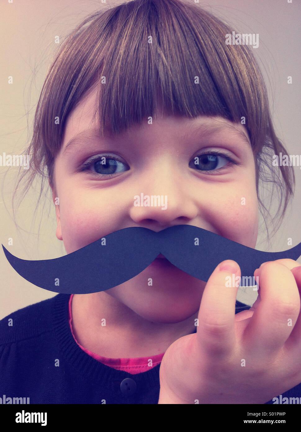 Enfant avec des moustaches de papier Photo Stock