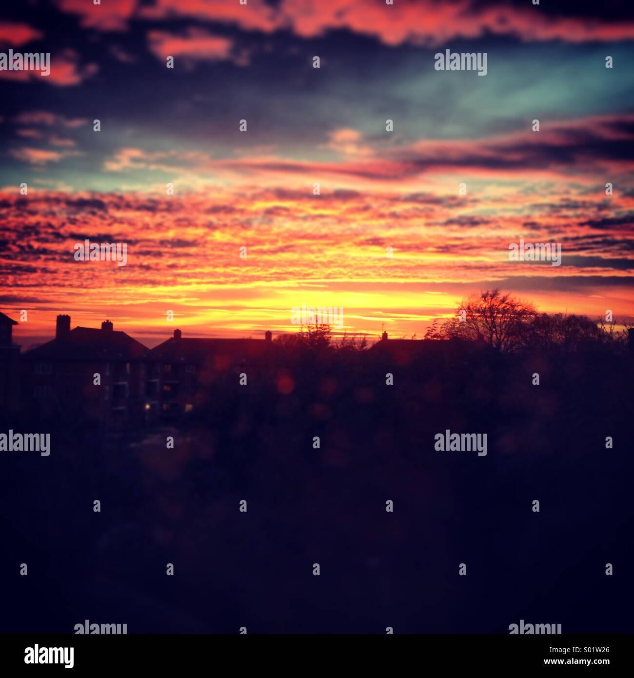 Coucher de soleil au-dessus des toits Photo Stock