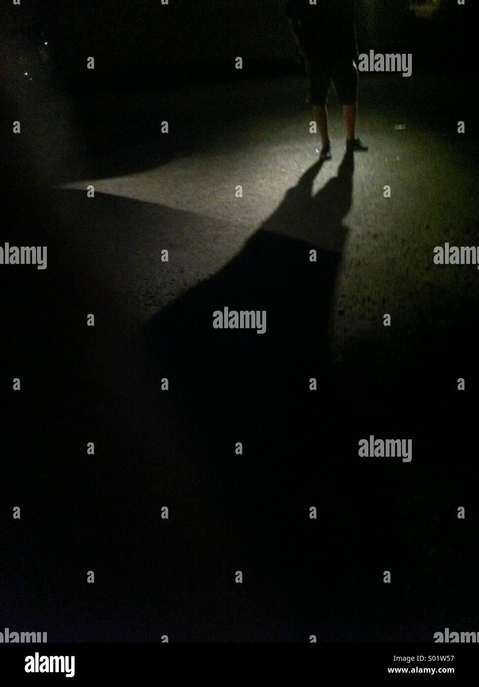 Homme debout dans l'ombre Photo Stock