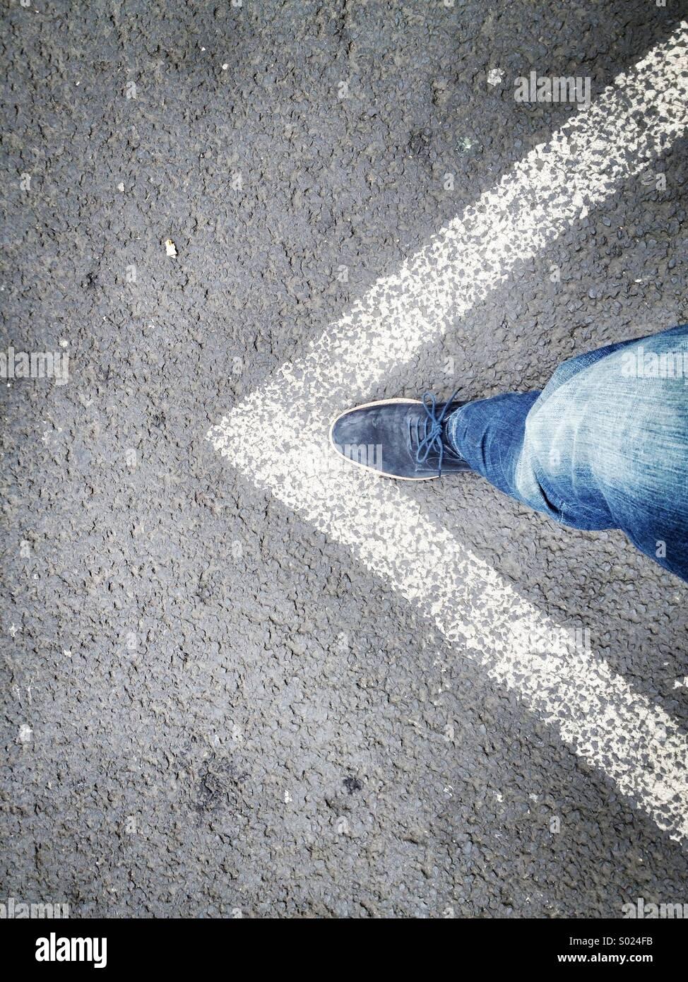 La création de flèche avec personne et marques de rue Photo Stock