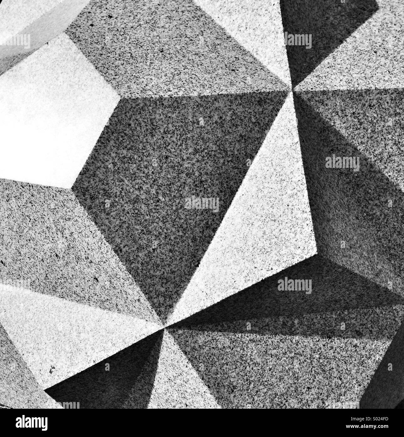 Image abstraite de facettes sculptées sur bloc de granit Photo Stock