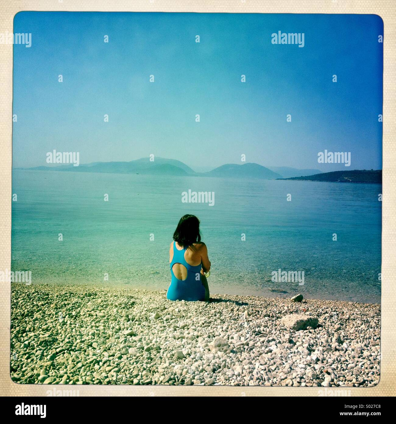 Femme seule sur la plage, Lefkada, Grèce Photo Stock