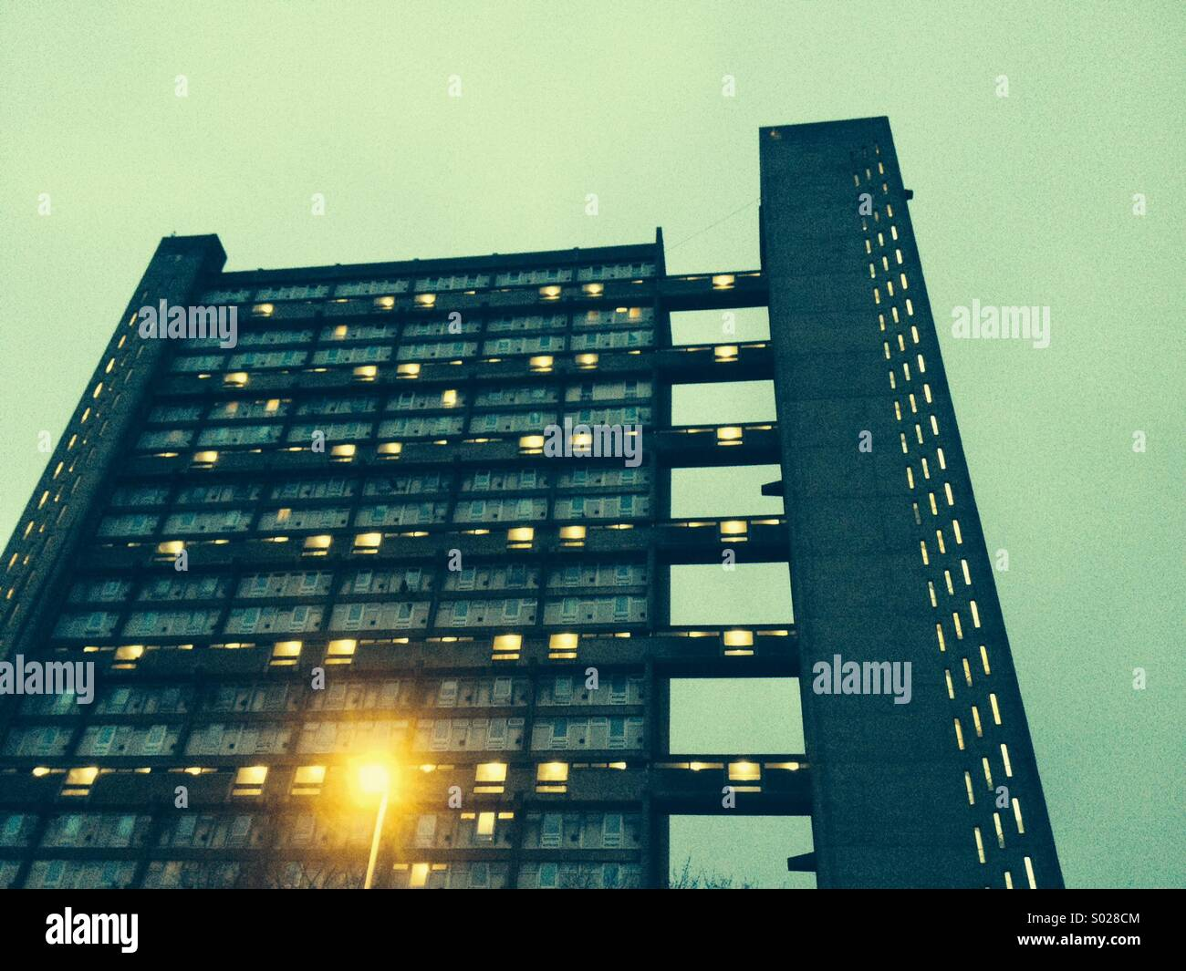 Balfron Tower au crépuscule, l'Est de Londres. Le moderniste et brutaliste prédécesseur à Photo Stock