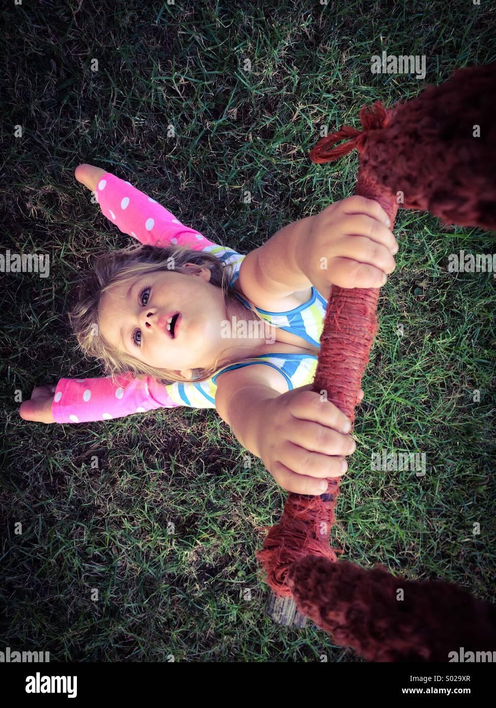 Girl holding sur une balançoire. Photo Stock