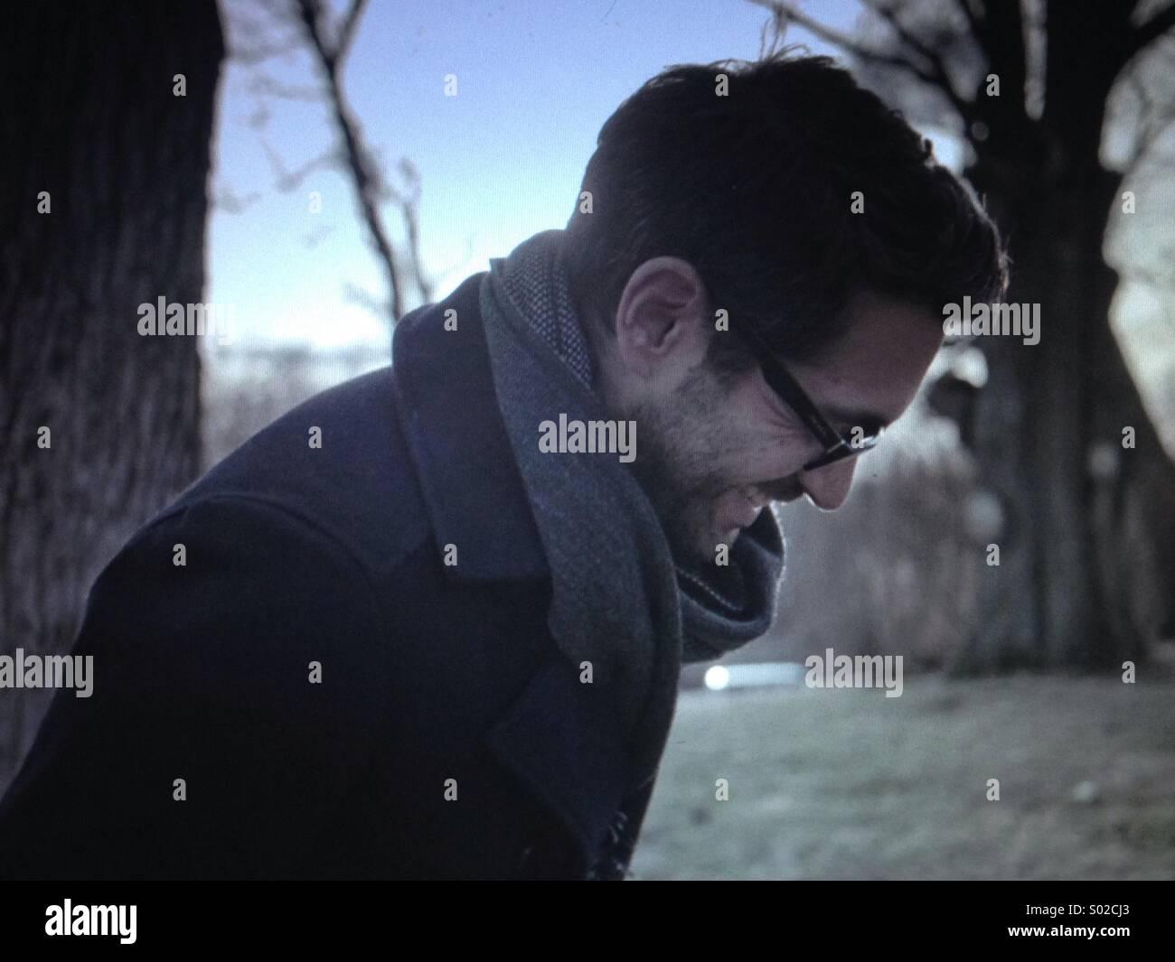 Un homme aux cheveux noirs se moque de l'hiver Photo Stock