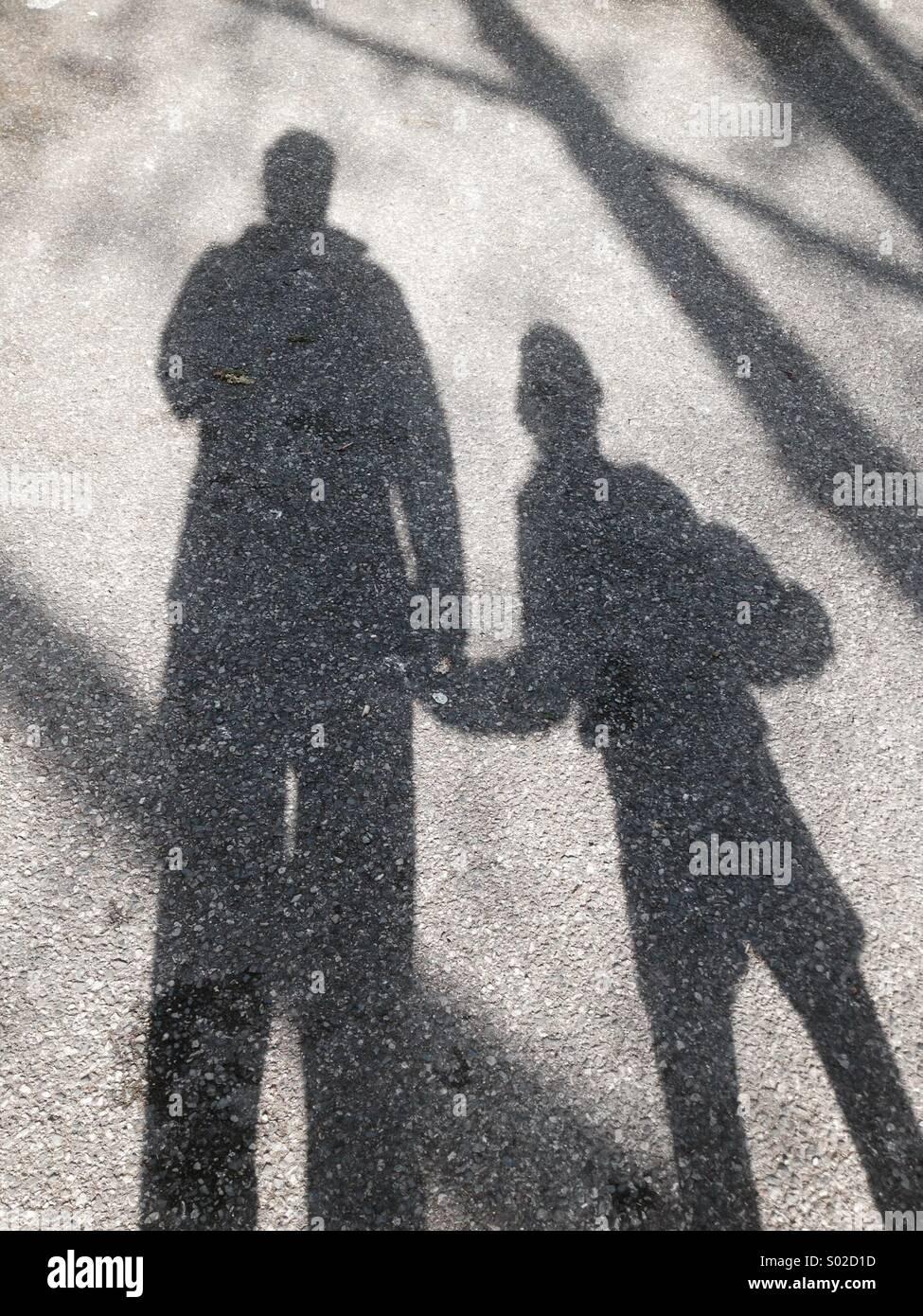 Ombre de l'enfant et le parent, les sexes ne sont pas clairs pourraient être soit père mère fils Photo Stock