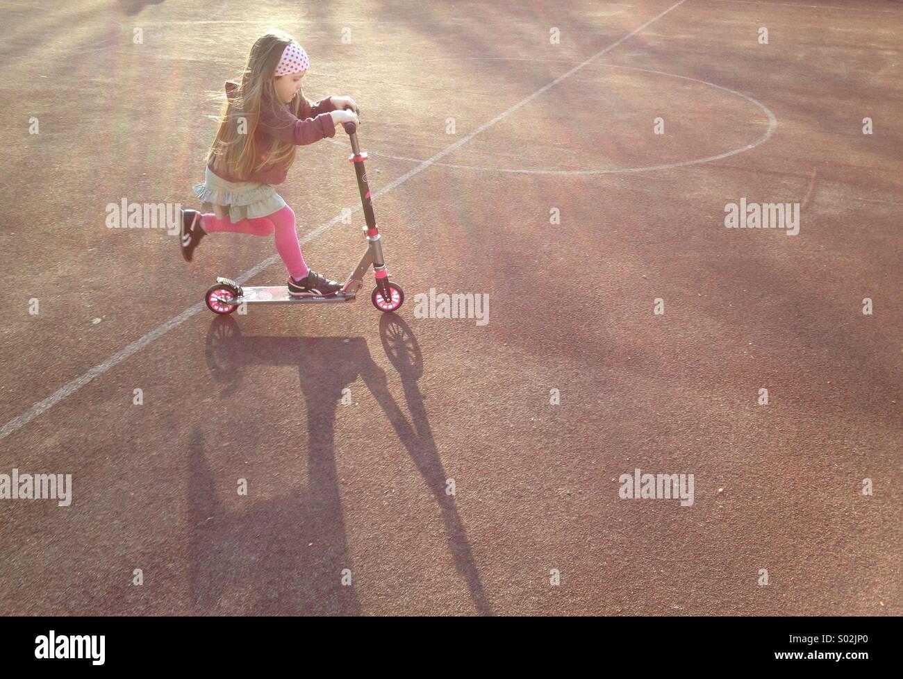 Enfant en scooter Photo Stock